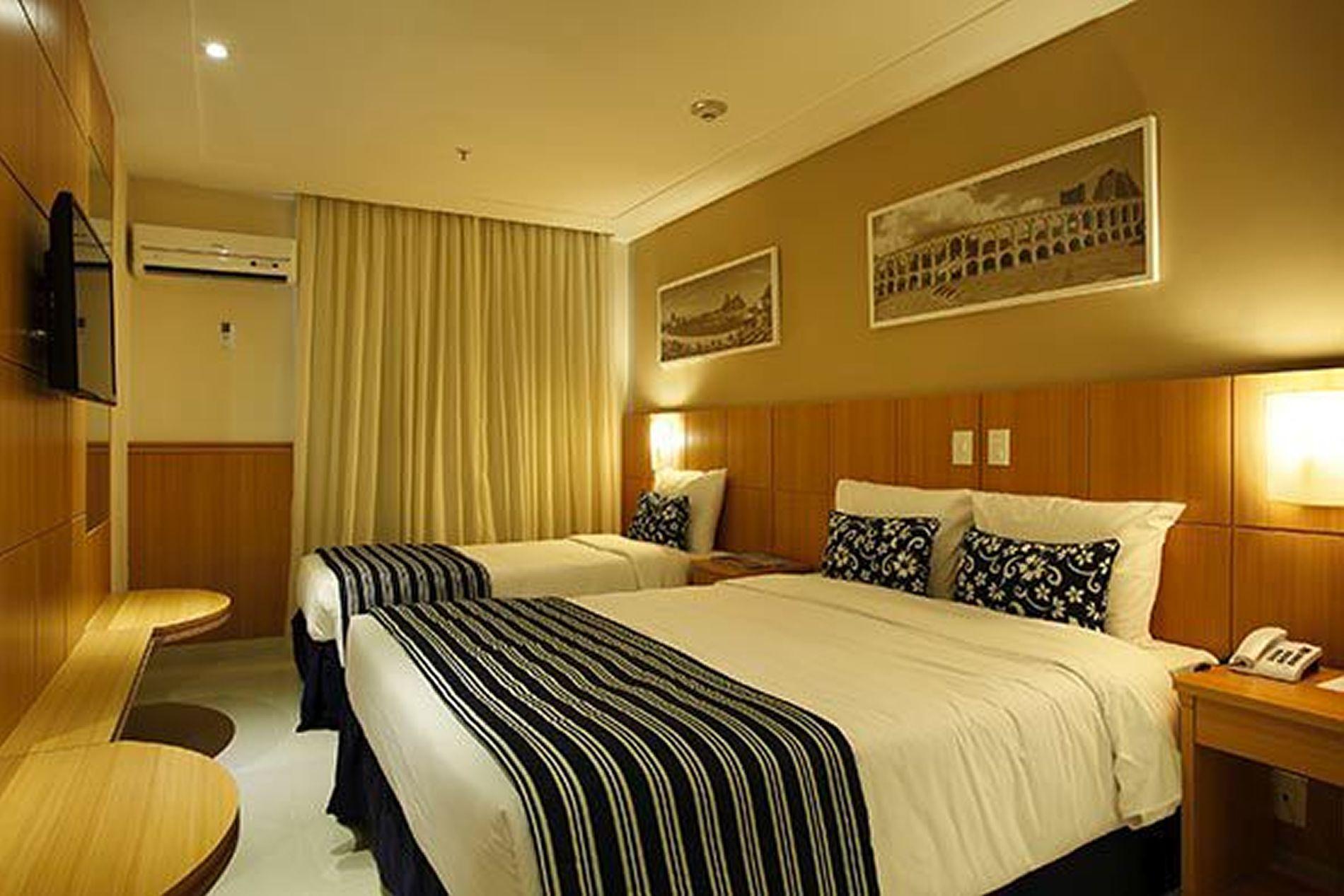 Projeto de Hotelaria Arquitetura de Quarto de Casal com Cama de  #77440A 1900 1267