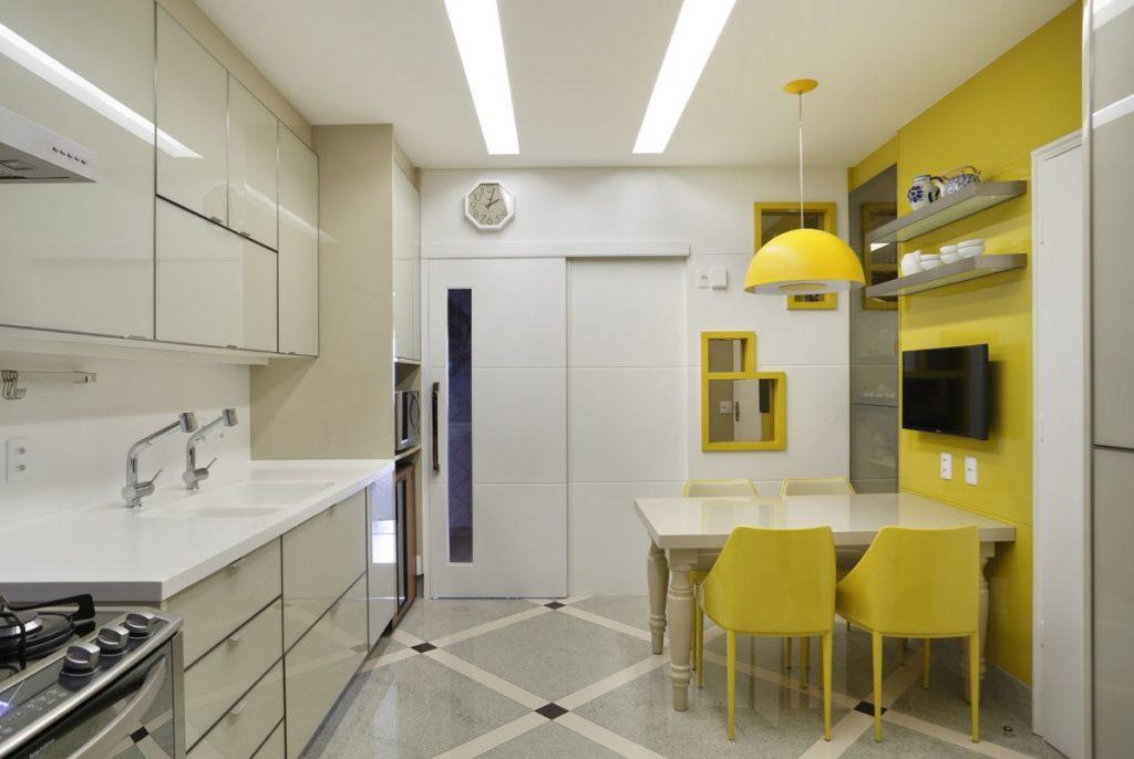 Projeto de Arquitetura e Decoração Residencial para Cozinhas com Revestimentos Amarelo em Apartamentos Rj