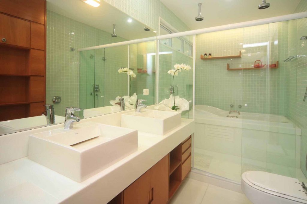 Projeto de Arquitetura e Decoração para Banheiros Pequenos com Revestimentos Verde Água em Apartamentos Rj