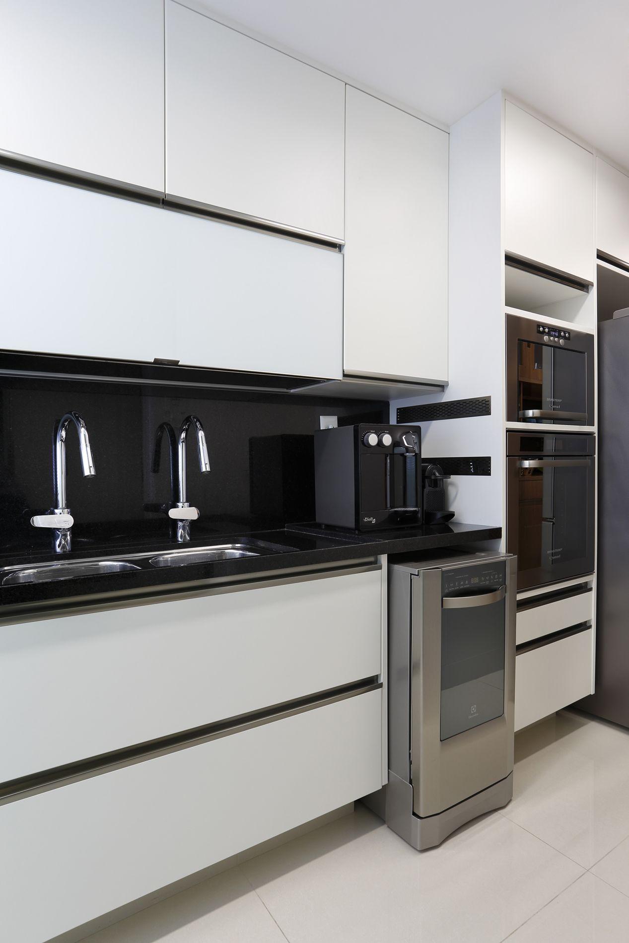 Projeto de Arquitetura e Decoração para Cozinhas Brancas em  #615C4F 1267 1900