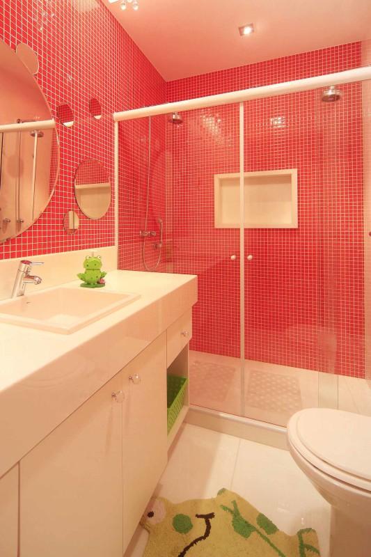 Projeto de Arquitetura e Decoração para Banheiros Pequenos com Revestimentos Vermelhos em Apartamentos Rj